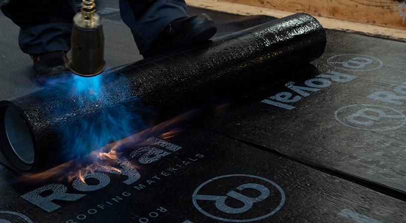 Toplaag beschadigen bij verkeerd branden bitumen | Royal Roofing Materials