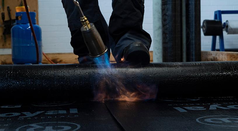 Kernrol voor goede aandrukking bitumen branden | Royal Roofing Materials
