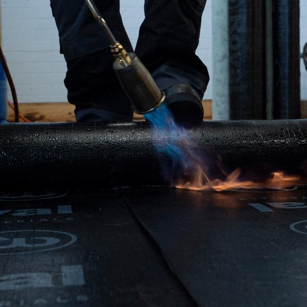 Zo brand je bitumen dakbedekking | Royal Roofing Materials