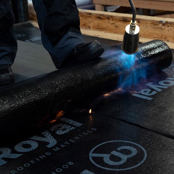 Tips voor het branden van bitumen op de juiste wijze | Royal Roofing Materials