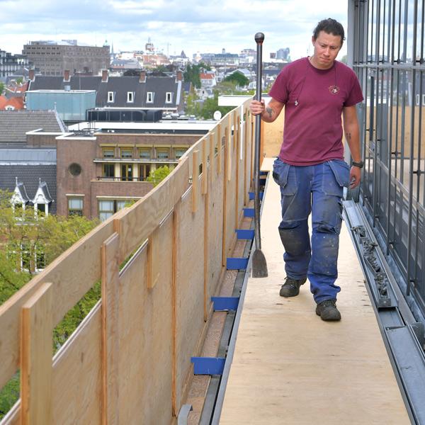 Het uitdagende werk van een dakdekker | smalle werkruimte | Royal Roofing Materials