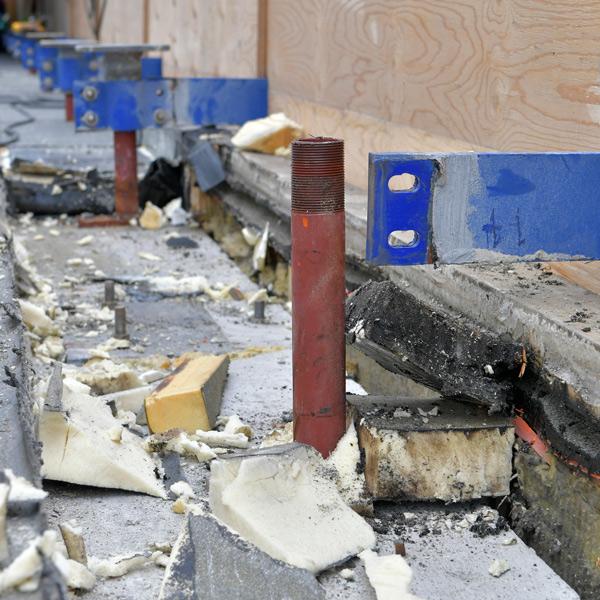 De uitstekende buizen die het werk bemoeilijken | Royal Roofing Materials